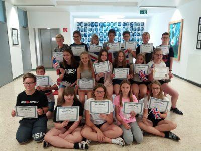 St. Marienkirchen TNMS  Die 3. Klassen präsentieren stolz ihre certificates!