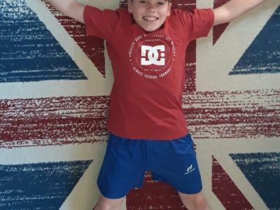 Mittelschule Paznaun/6555 Kappl  Auf dem Bild liege ich, als England-Fan auf meinem coolen Teppich mit der Flagge vom vereinigten Königreich. Meine England-Bettwäsche hat Mama leider gerade in der Waschmaschine ;-)   Ich würde mich sehr über den Gewinn freuen!!! See you Mathias Petter