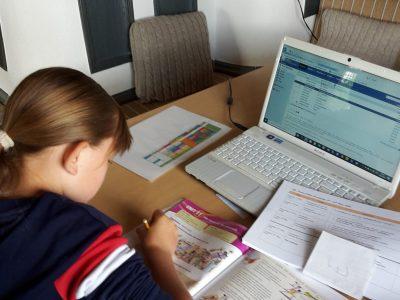 Stadt: Kössen            Schule: NMS Kössen Kommentar: Hier sitze ich und bearbeite verschiedene Aufgaben im Englischbuch MORE 2.