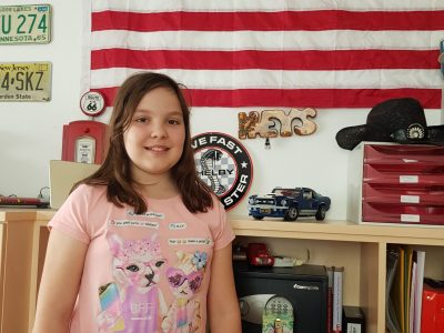 Amy Marie Niederreiter 1a Gymnasyum Seitenstetten   Das Foto habe ich in meinem Homeoffice Büro gemacht. Da wir Amerikanisch leben hänkt in meinem Büro selbstverständlich eine USA Fahne.