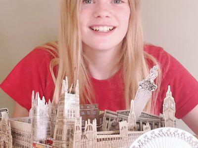 Handrup ,Gymnasium Leoninum  Hallo, ich heiße Mathea Berndsen und eins meiner Lieblingsorte ist London.Hier seht ihr ein Mitbringsel aus der wunderschönen Stadt.Dies ist ein Pop-up Buch mit vielen Sehenswürdigkeiten in London. Ich hoffe euch gefällt das Bild.  Liebe Grüße   Mathea
