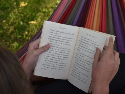 BG/BRG Gleisdorf In diesem Bild sitze ich in meinem Garten in einer Hängematte und lese das englische Buch Gangsta Granny von David Walliams.