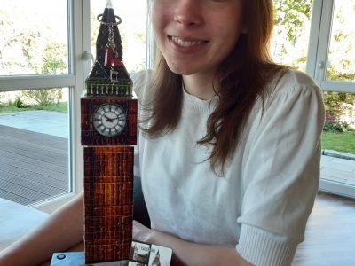 Hallo ich bin Emma , das ist ein Foto von mir mit meinen Lieblingserinnerungsstücken aus London für den Fotowettbewerb. Gymnasium am Bötschenberg,Helmstedt