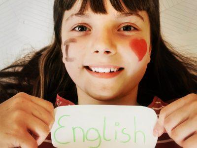 Katharina Paletti ,Alpen-Adria-Gymnasium Völkermarkt Ich habe mir bei dem Bild gedacht, dass Englisch eigentlich die wichtigste Sprache der Welt ist. Fast jeder kann sie Sprechen und mit dieser Sprache Kommunizieren. Zum Beispiel ,wenn man auf Urlaub in einem anderen Land ist ,ist es wichtig sich verständigen zu können.