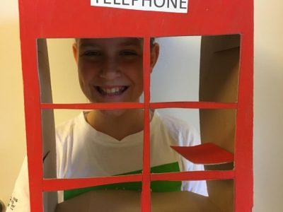 Baden(Österreich) Biondekgasse  Meine Klasse ist die 1f   Ich habe extra eine Londoner Telefonzelle für euch gebastelt und hoffe, dass ich euch damit überzeugen und endlich auch mal etwas gewinnen kann!!!Normalerweise ist meine Schwester immer der Glückspilz!!! :-)  Liebe grüße Sarah Gausterer