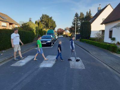 P.S. Den Zebrastreifen haben wir selbst mit Kreide auf unsere Straße gemalt. :-)