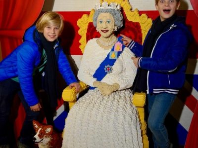 Ich bin Niki von der Schule Maria Regina und habe das Foto in London mit der Queen gemacht. ( Ich bin der Junge rechts )