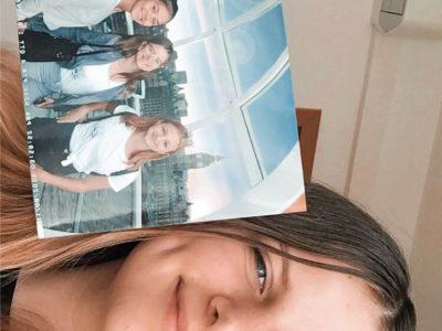 Baden bei Wien, Biondekgasse In dem Bild bin ich (Sophie Fuss) zu sehen wie ich ein Foto, auf dem meine 2 Freundinnen und ich, in England auf dem London Eye zu sehen sind. Das Bild bedeute mir sehr viel da ich einen unglaublich schöne Zeit in England hatte.