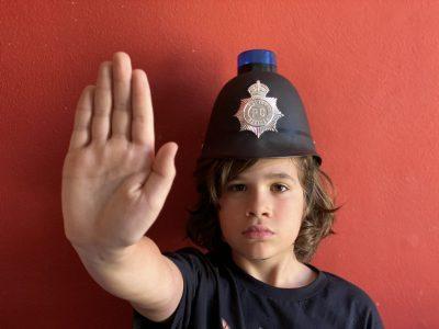 """Seitenstetten, Stiftsgymnasium Seitenstetten  Diese Polizeikappe haben mir meine Eltern von einem Londonurlaub mitgebracht als ich noch klein war. In unserer Verkleidungskiste war sie immer eines der beliebtesten Objekte und als ich vor zwei Jahren selber mit nach London fahren durfte konnte ich mir die Polizisten mit dem Spitznamen """"Bobby"""" in echt ansehen. Der Spitzname dient auch als Titel des Bildes """"Bobby""""."""