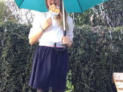 Stadt: Sindelfingen, Schule: Stiftsgymnasium  Eine englische Schülerin mit Fish and Chips an einem regnerischen Nachmittag