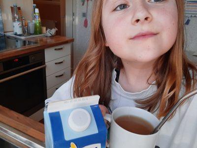 Ich heiße  Alexia und wohne in  Duisburg.  Ich gehe  auf das  Mannesmann-Gimnasium und mag sehr gerne  Schwarzen Tee mit Milch.