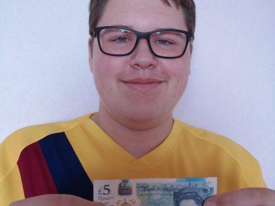 Osterwieck Fallsteingymnasium ein Foto von mir mit einem 5 Pfund Schein, von meinem Besuch in Southampton.