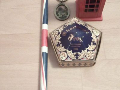 This a pen with the British flag on it, a little telephone booth, an original London souvenir and a Harry Potter chocolate frog.