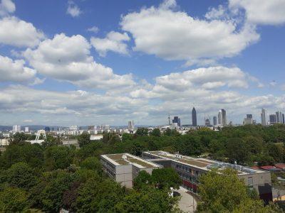 Frankfurt Freiherr-vom-stein  Ich habe das Bild an meiner Veranda gemacht um die Freiheit zu ermöglichen und ich habe genau dieses Bild genommen, weil die Wolken so echt aussehen.Gleichfalls auch weil die Aussicht so schön aussieht.