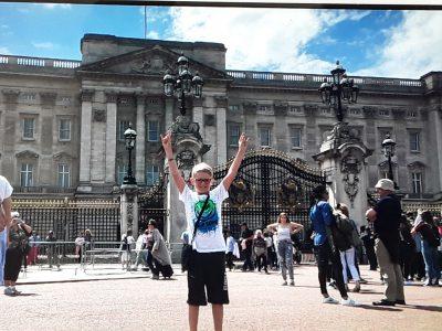 89522 Heidenheim, Max Planck Gymnasium. Ich letztes Jahr bei meiner Reise durch London vor dem Buckingham Palace. Juhuu :-))