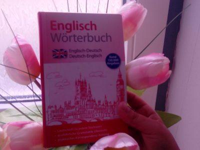 Schlossgmnasium Mainz Auf dem Bild sieht man ein englisch Wörterbuch im Blumen und meine Hand.