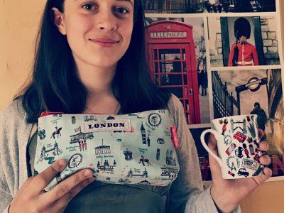 Hallo, ich bin am Friedrich-Schiller-Gymnasium in Zeulenroda und heiße Henni. Die Tasse und das Täschlein habe ich von meiner Mutter bekommen, als sie mit ihrer Klasse in London war. Mein Wunsch ist es, in der zehnten Klasse auch nach London zu fahren, da ich diese Stadt sehr schön und interessant finde. Viele Grüße Henni ;)
