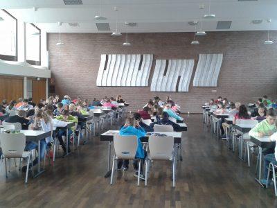 Neuss Gesamtschule Norf Fleißiges Arbeiten in der Mensa!