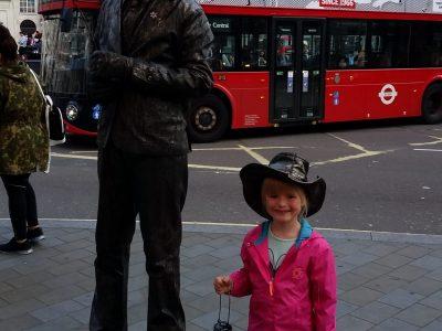 Magdeburg, Nobertusgymnasium Da posiert man 2016 in London für ein Foto und auf einmal stellt sich da einfach ein dunkel gekleideter Mann neben mir hin und möchte mit aufs Foto. Na ok, wir gaben ja auch zusammen ein gutes Bild ab. LG Zoé Rohde