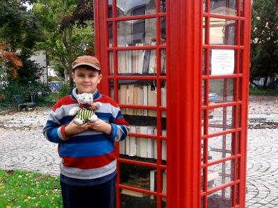 Constantin Wüthrich, Klasse 5c, Hohenstaufen Gymnasium Göppingen Ich liebe es, Bücher zu lesen. Mein Lieblingskuscheltier, die Katze Findus, ist immer mit dabei. In diesem alten, roten, englischen Telefonhäuschen kann man die tollsten Bücher finden, auch englische.