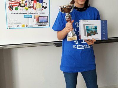 Görlitz, Oberschule Innenstadt, Emily Nitzsche, die Gewinnerin des Big Challenge in Klasse 8 in Sachsen und Deutschland mit dem T-Shirt, Tablet und Pokal. Das Foto gehört zur Auswahl für die lokale Zeitung und Homepage der Schule.