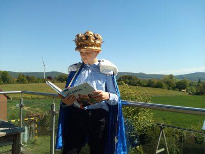 Stadt: Porta Westfalica; Schule: Städtisches Gymnasium Porta Westfalica Bildbeschreibung: Mit dem Englisch-Buch fühlt man sich wie ein König