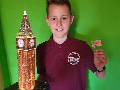 Moers, Gymnasium Adolfinum Ich habe den Big Ben und die Englandfahne als symbolisches Merkmal für England ausgewählt, da diese eine besondere Bedeutung für mich haben, denn ich habe sie selbst gemacht: die Fahne habe ich selbst gestaltet und den Big Ben aus Puzzleteilen aufgebaut.
