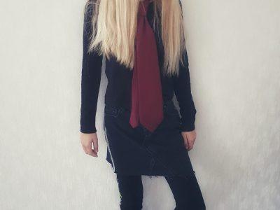 Stadt: Lengede, Schule: IGS Lengede  Ich trage eine typisch englische Schuluniform.  (I wear a typical English schooluniform)
