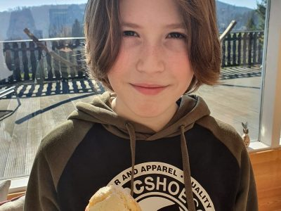 Hello, my name is Julius. I live in Recklinghausen and I`m 10 years old. My school is the Theodor Heuss high school is the best! I baked the scones for  my English classes. Bye, Julius Vautrin