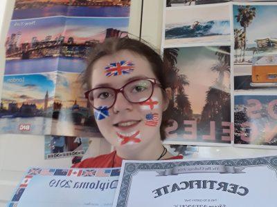 Julia-Koppers Gesamtschule, 46325 Borken. Vivian Nienhaus, Klasse 8.1 Wie man sieht habe ich auch in den letzten Jahren bei THE BIG CHALLENGE mitgemacht, da ich die englische Sprache sehr bevorzuge.  Ich habe versucht die Flaggen möglichst genau zu malen, dabei ist mir aber erst beim Foto aufgefallen, dass die Flagge von den Vereinigten Staaten spiegelverkehrt ist.