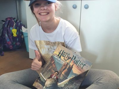 Krefeld, Maria Sibylla Merian-Gymnasium Ich bin ein großer Harry Potter-Fan und habe auf dem Foto mein erstes englisches Buch in der Hand. Das Cap stammt aus meinem ersten Besuch in London.