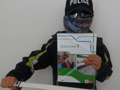 Gymnasium Viscardi, Fürstenfeldbruck  Das ist ein getarnter Bandit mit Polizisten Cap und Ninjaschwert (trägt ein Englischbuch).