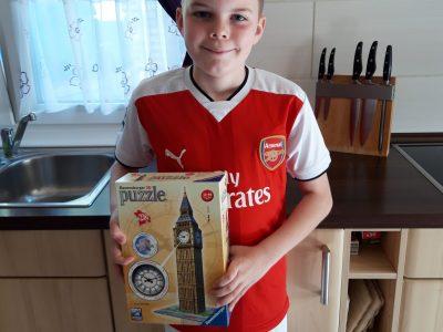 Mein Name ist Leon Thomsen vom Gymnasium Brunsbüttel aus Brunsbüttel. Wie sie sehen können, trage ich ein Trikot von Arsenal und zusätzlich habe ich ein 3D-Puzzle vom Big Ben in der Hand.