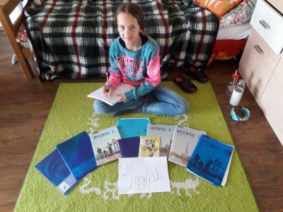Hallo ich bin Lina Sophie Kasten,  Ich komme vom Gymnasium Ganderkesee. Auf dem Bild sehen sie mich mit meinen Englisch Sachen. Ich freue mich das ich wieder an der Big Challenge teilnehmen konnte auch wenn diesmal etwas anders.