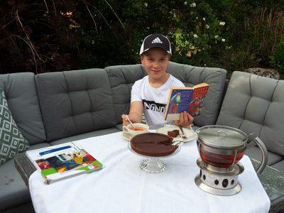 """Ochtrup, Städt. Gymnasium Ochtrup.  Ich lese den ersten Harry Potter Band auf Englisch in unserem Garten und genieße dazu ein Stück Kuchen und Tee, denn """"it's teatime""""."""