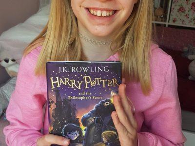 Bremen-Lesum  Eduard-Nebelthau-Gymnasium  Aimée beim Lesen mit Harry Potter auf Englisch