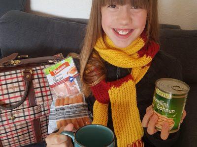 """Geldern Lise-Meitner-Gymnasium  """"Improvisation in Coronazeiten"""" - so viel England finde ich in meinem Zuhause: tea time, Bacon & Co, very important: Harry Potter!!!"""