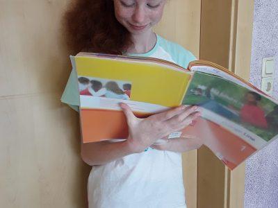 Klingenberg,  Oberschule Klingenberg  Ich, Jasmin Wolf  lese in meinen englischen arbeitsheft, was ich gerne ma h da es mein Lieblingsfach ist