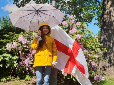 Bühl   Gymnasum Windeck.  Für das Foto habe ich die Flage von England benutzt und fande den Leuchter mit den Blumen im Hintergrund eine super Location. Als Accesoire benutzte ich einen Regenschirm, Stiefel und eine Regenjacke das auch typisch British ist.