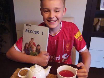Heinsberg - KGH Heinsberg - im Liverpooltrikot bei Englischhausaufgaben und  einer Tasse Tee