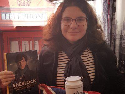 Hildesheim, Scharnhorstgymnasium Hier ist er also, der Schnappschuss von mir und einigen Dingen, die mit Englisch zutun haben. Als großer Sherlock Fan habe ich mich sehr gefreut, meinen Sherlock Mantel (Den ich auf dem Bild trage) und mein Buch in Szene zu setzen.  Noch eine kleine Empfehlung an alle, die das hier lesen: Probiert mal Scottish Shortbread- Schmeckt super! Have a nice day!