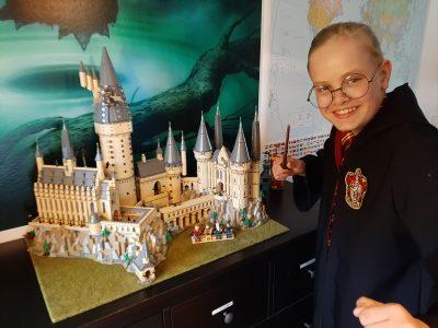 Nordendorf 886695 Ben Sowieja  Ich habe an Harry Potter gedacht und daher das ich das Harry Potter Hogwarts Schloss (zweit gröstes Lego Bauwerk der Welt) hab und Harry Potter Liebe ist das bild dabei heraus gekommen