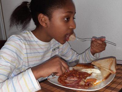 Hallo, ich bin Lavinia und gehe auf das Gymnasium Heißen in Mülheim an der Ruhr. Hier seht ihr mich wie ich mein '' English Breakfast '' esse.