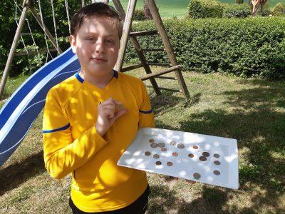 Mein Name ist Valentin Liebing und ich gehe am Albert Schweizer Gymnasium in Crailsheim in die sechste Klasse. Auf dem Bild bin ich mit einem Tablet zusehen auf welchen Pfund sind.