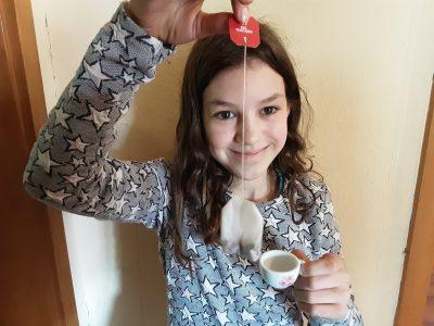 Stadt:DORTMUND Schule:GYMNASIUM SCHWEIZER ALLEE  It's tea time.