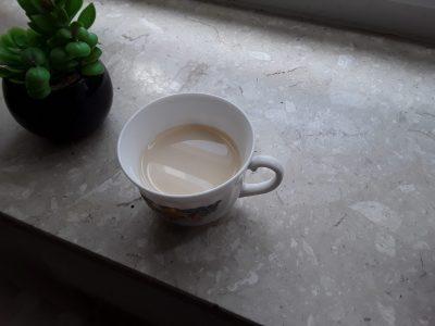 Tee mit Milch.