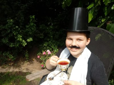 Liebes thebigchallenge Team! Mein Name ist Nils Koberstein und ich komme aus Köln. Hier bin ich gerade am tee trinken (Teatime). Natürlich schwarzer Tee!