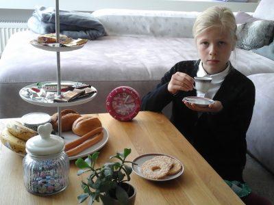 Stadt:Bonn/Godesberg  Name der Schule:Clarafey-Gymnasium  Kommentar zum Bild:Dies soll die englische tea time darstellen.