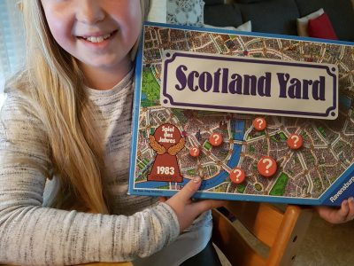 Kassel, Georg-Christoph-Lichtenberg-Schule Das bin ich mit unserem Gesellschaftsspiel Scotland Yard.In diesem Spiel wird Mister X in London von den Spielern gesucht. Es ist spannend und macht jede Menge Spaß.