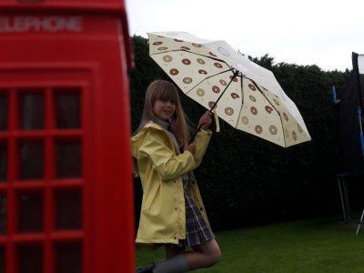 """Tania Soleen Voges       Albert Schweitzer Gymnasium   """"Rette dich vor dem typisch englischen Regenwetter in die Telefonzelle"""""""